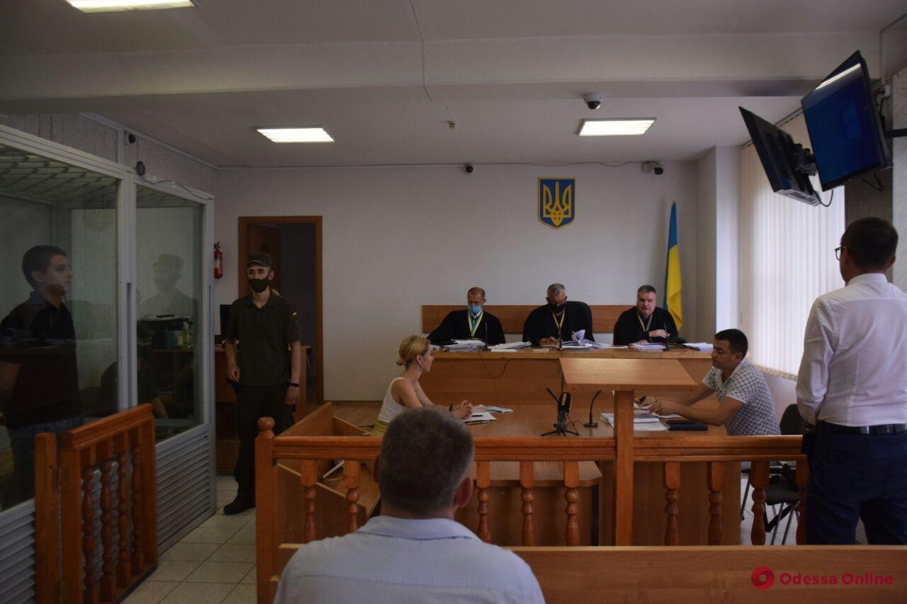 Подозреваемые в поджоге авто одесского адвоката остаются в СИЗО