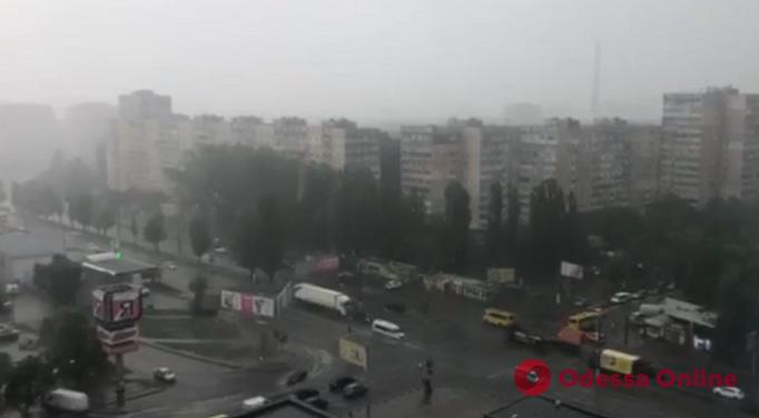 На Одессу надвигается непогода: на поселке Котовского уже льет, а в Южном — град (видео)