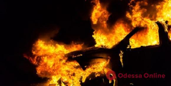 На Таирова ночью горел Jeep Grand Cherokee