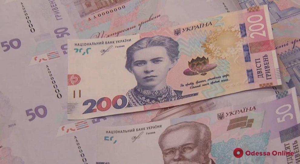 Выуживал купюру удочкой: в Одессе задержали «денежного рыбака»