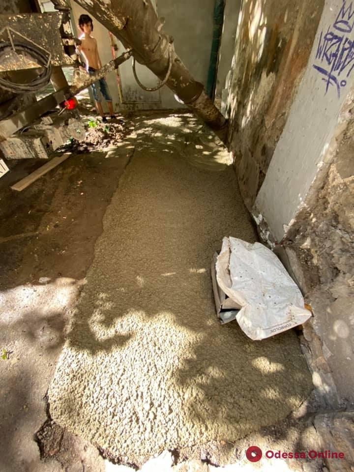 Во дворе на Греческой залили бетоном самовольно вырытую яму (фото)