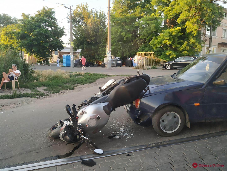 В Черноморке столкнулись мотоцикл и легковушка