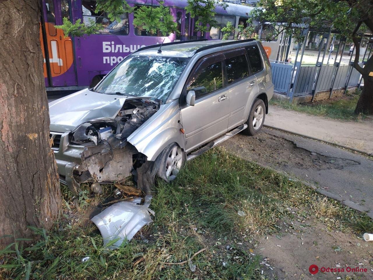 На поселке Котовского Nissan уходил от столкновения с Porsche и врезался в дерево — водитель в больнице