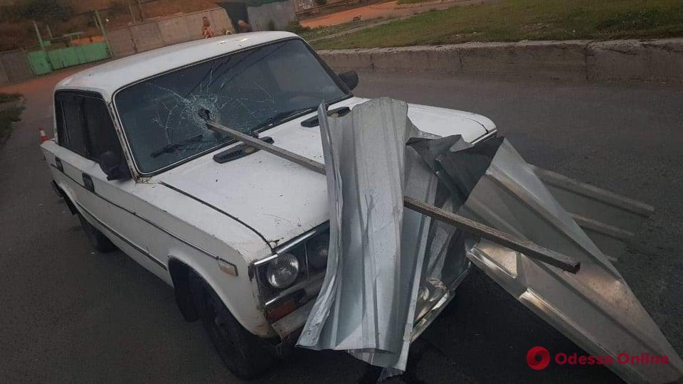 На Пересыпи легковушка врезалась в забор – пострадал 15-летний пассажир