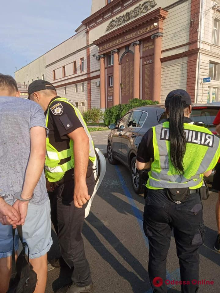 Разбил стекло и вытащил сумку: возле Оперного театра ловили автовора