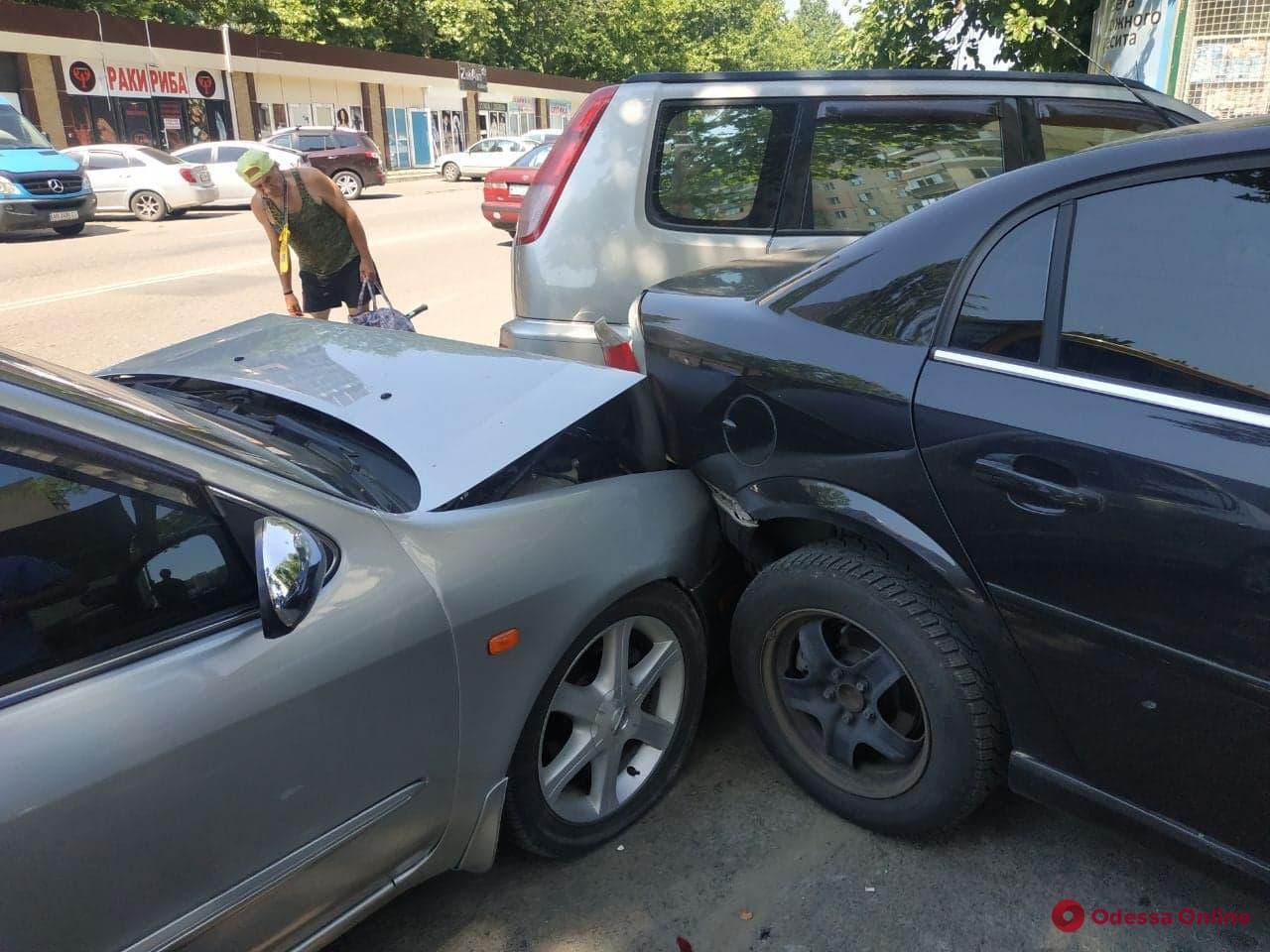 Эффект домино: на Бочарова маршрутка въехала в припаркованные авто