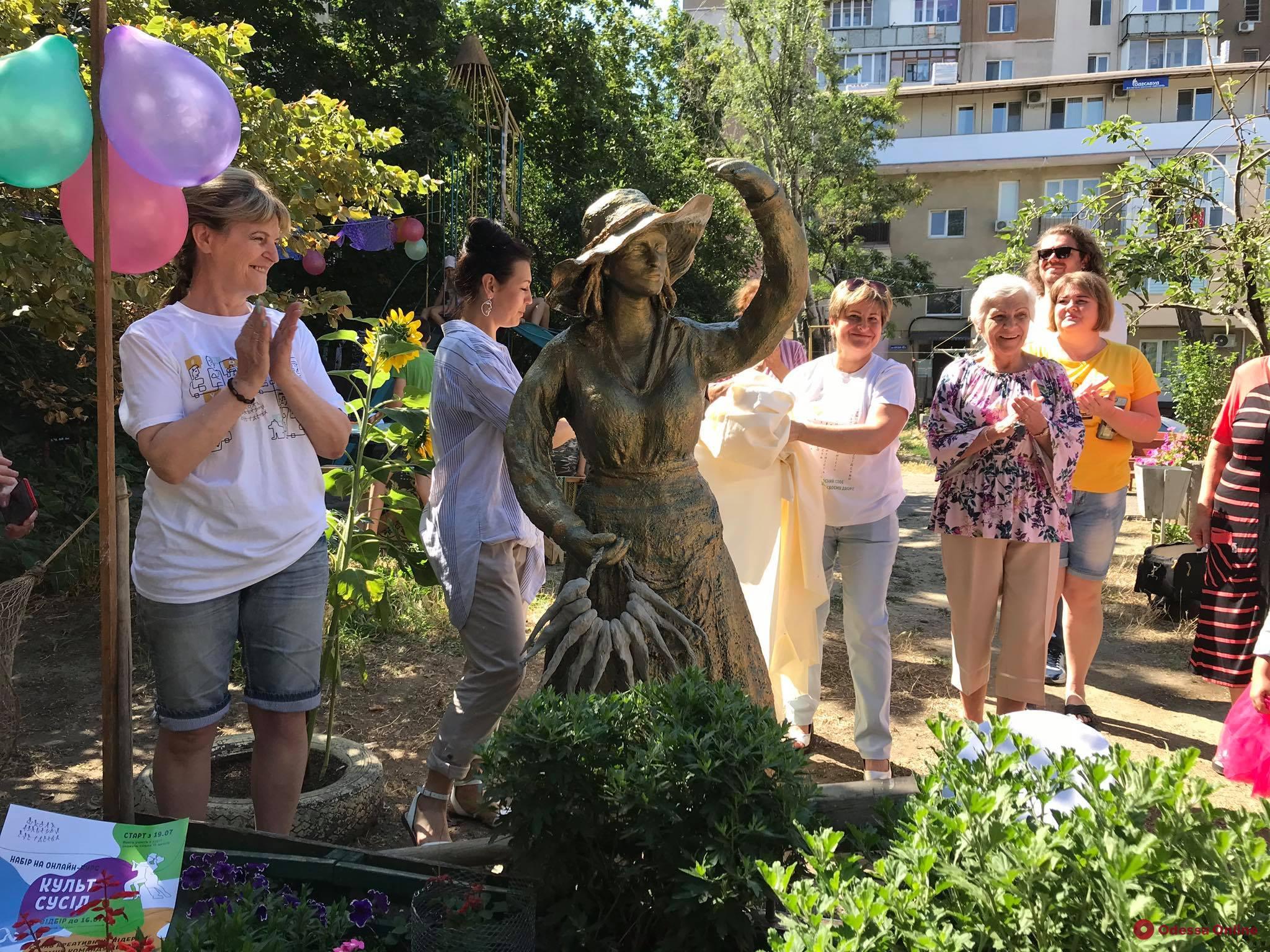 В Одессе появилась еще одна скульптура рыбачки Сони (фото)
