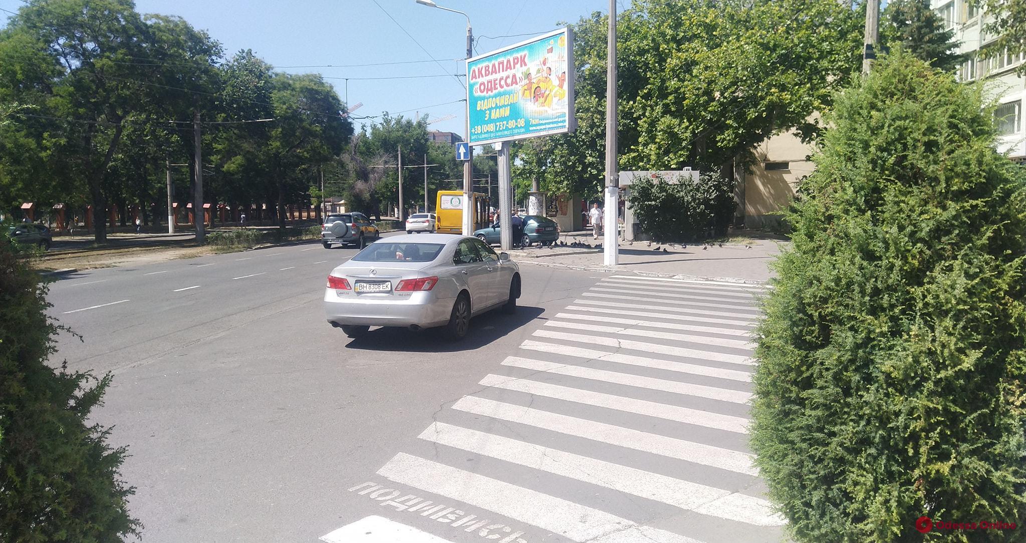 На Фонтане автохамка припарковала Lexus прямо посреди дороги