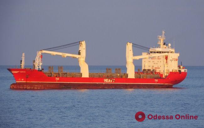 COVID-19: на рейде порта «Южный» стоит судно с больным экипажем