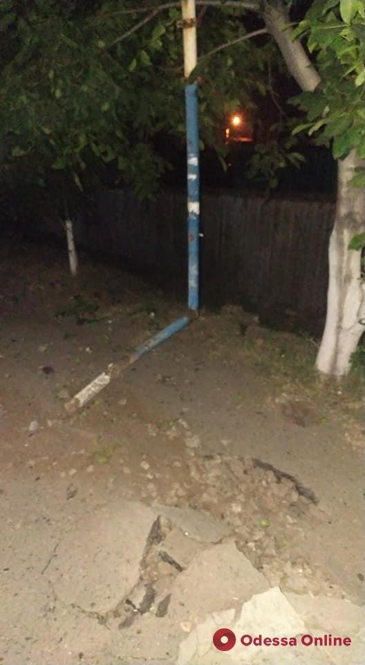 В Одессе на Слободке «ВАЗ» снес остановку и знак