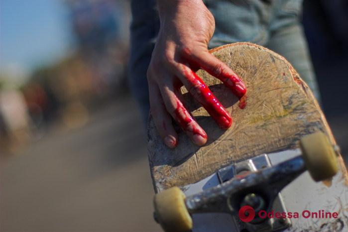 В центре Одессы зверски избили малолетнего скейтера (видео 18+)