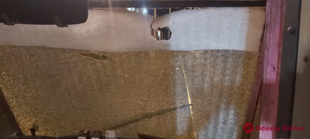 В Одессе хулиганы забросали трамвай камнями – пострадал водитель