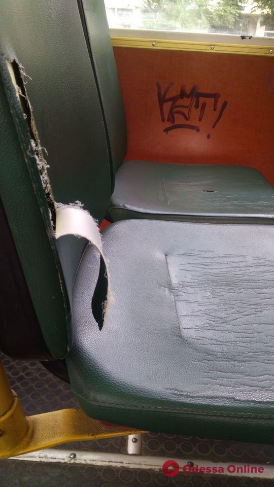 В Одессе второй раз за сутки хулиганы повредили трамвай (фото)