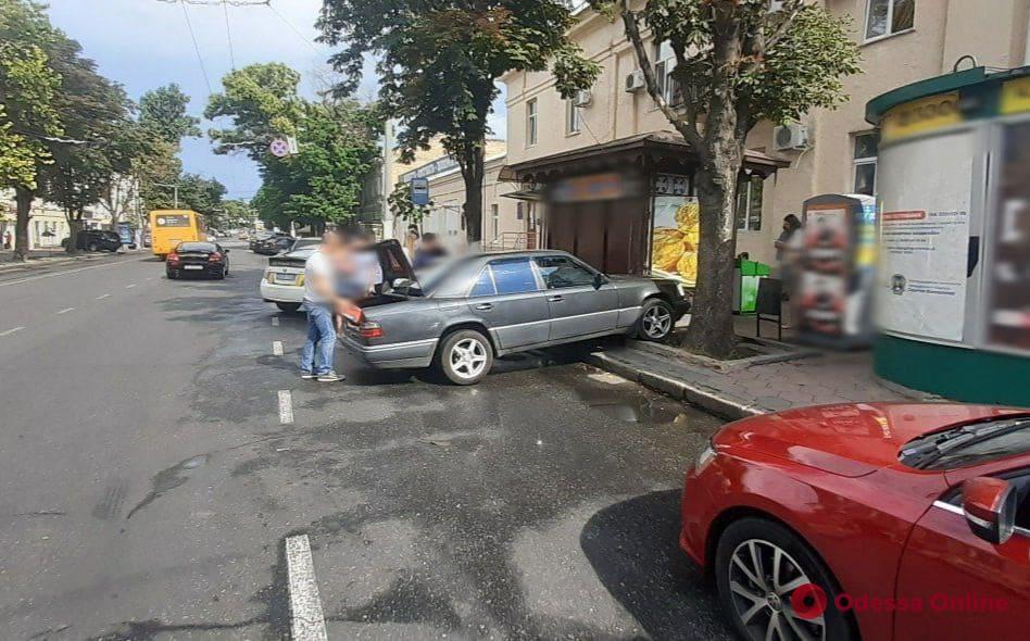 В центре Одессы Mercedes вылетел на тротуар и сбил пешехода