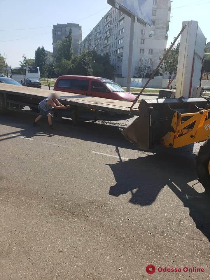 На поселке Котовского фура на ходу потеряла прицеп (фото)