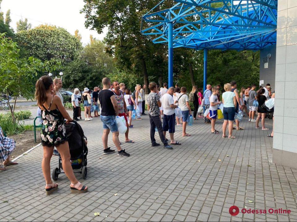 В Одессе из-за перебоев с водоснабжением у бюветов выстроились очереди (фото)