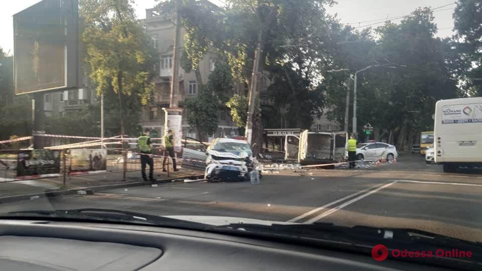 На проспекте Шевченко столкнулись полицейский Prius и Renault – есть пострадавшие