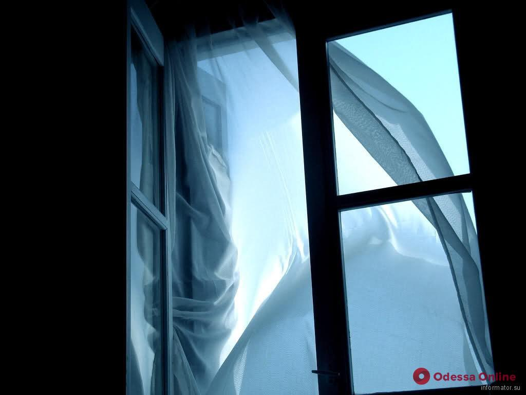 В Одессе ребенок выпал из окна шестого этажа