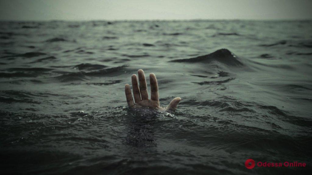 На юге Одесской области из озера достали тело утонувшего парня
