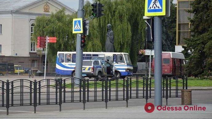 Луцкий террорист отпустил троих заложников (видео)