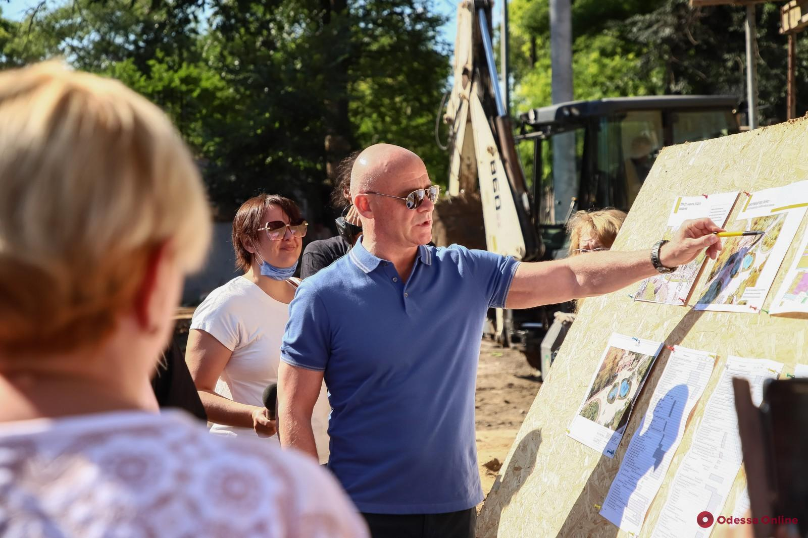 Мэр Одессы провел выездное совещание по вопросам благоустройства Преображенского парка (фото)