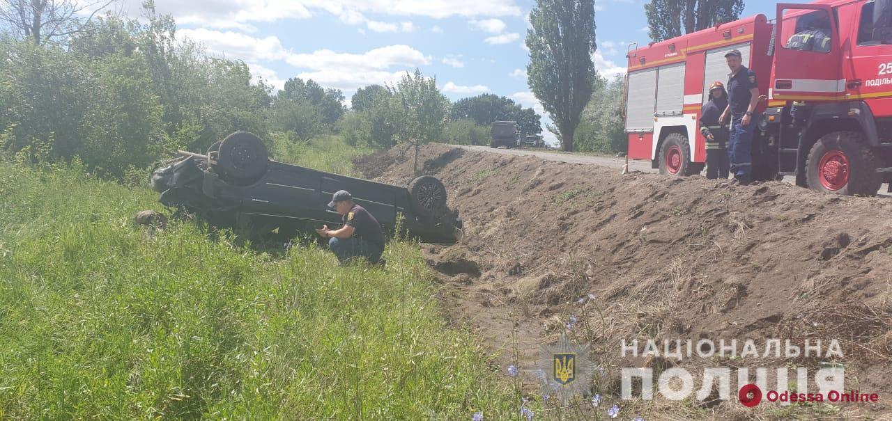 Пьяный за рулем: в Одесской области легковушка съехала в кювет и перевернулась