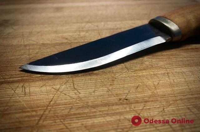 Житель Одесской области на дне рождении падчерицы ударил гостью ножом в живот