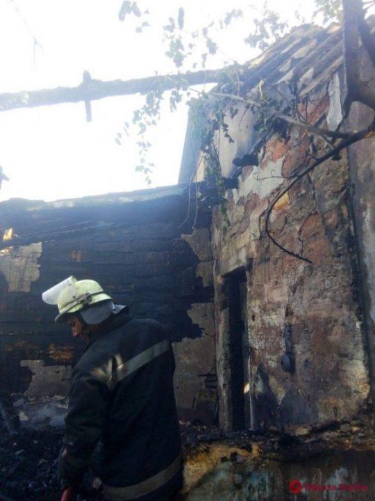 Сжигали мусор и загорелся дом: в Маяках тушили большой пожар