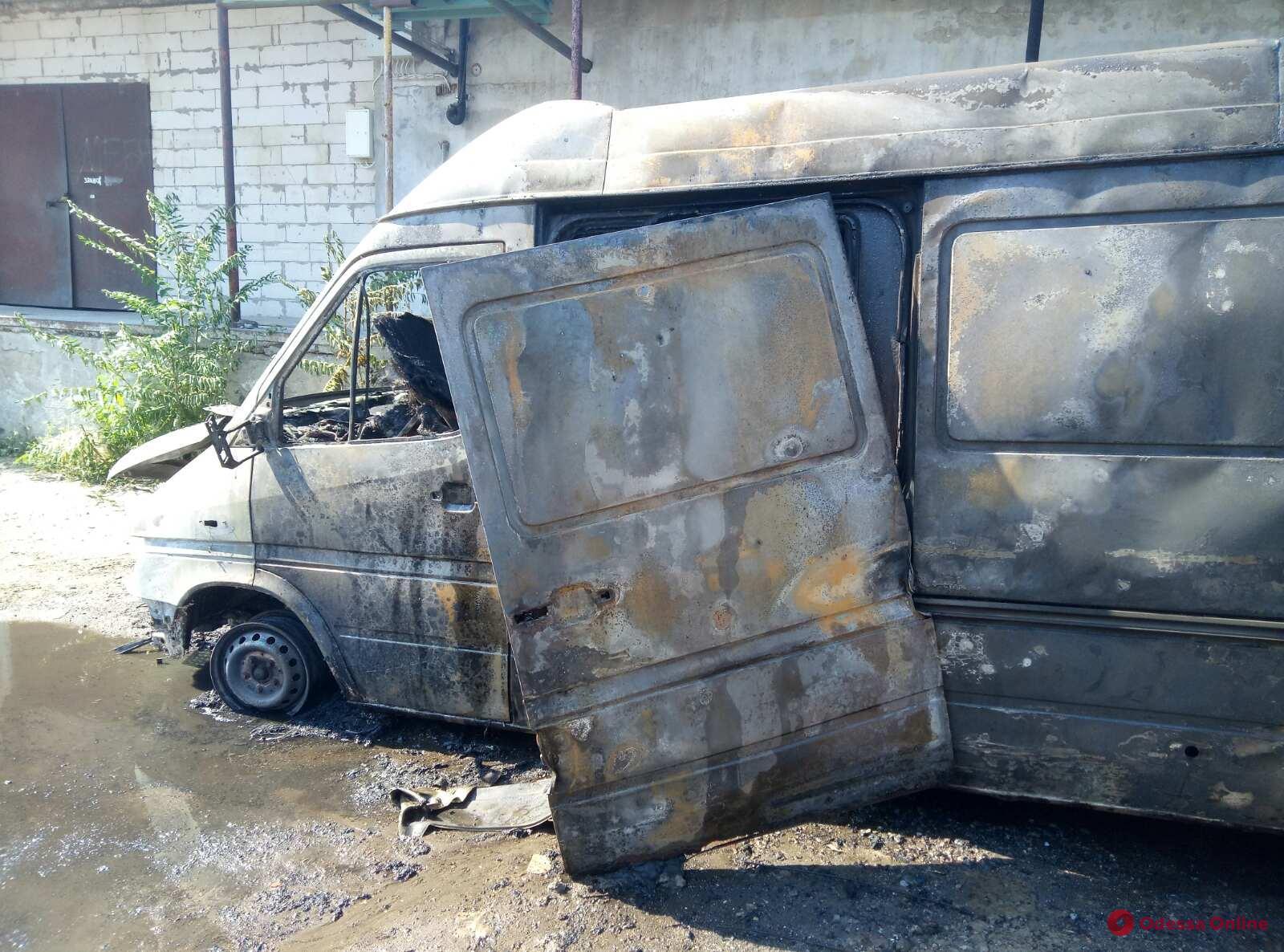 В Измаиле дотла сгорел микроавтобус Mercedes (фото)