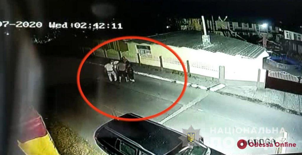 В Затоке трое «туристов» за несколько минут обокрали спящих отдыхающих, ограбили парня с девушкой и укатили в Одессу (фото, видео)