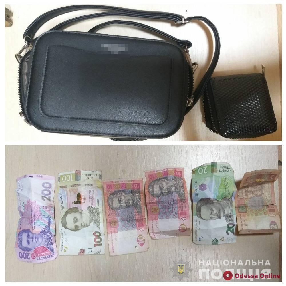 Ударил по лицу и отбрал сумку: в Одессе поймали дерзкого грабителя