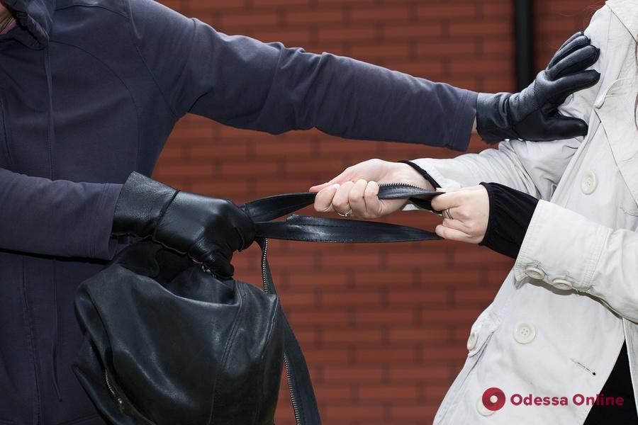 На Таирова двое кавказцев отобрали у 83-летней одесситки 10 тысяч долларов