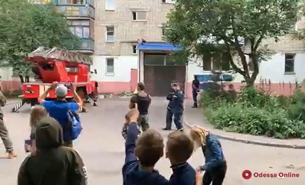 В Черноморске неадекватная девушка подняла на ноги полицию и спасателей (видео)