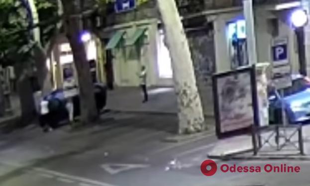 На Ришельевской компания хулиганов перевернула автомобиль (видео)