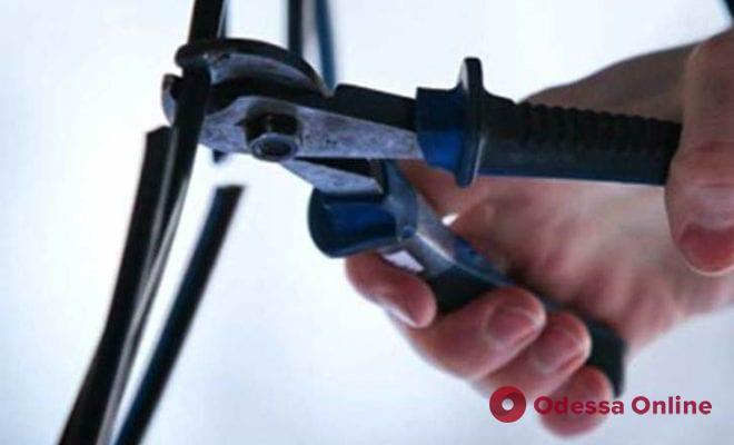 На те же грабли: одессит второй раз попался на краже кабеля в многоэтажке