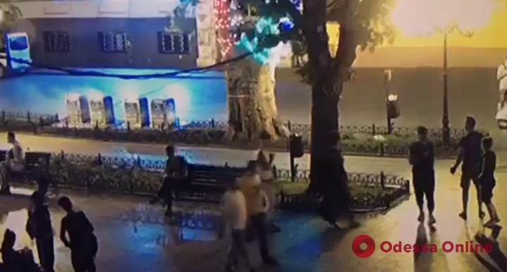 Неизвестные подожгли подземные мусорные контейнеры на Приморском бульваре (видео)