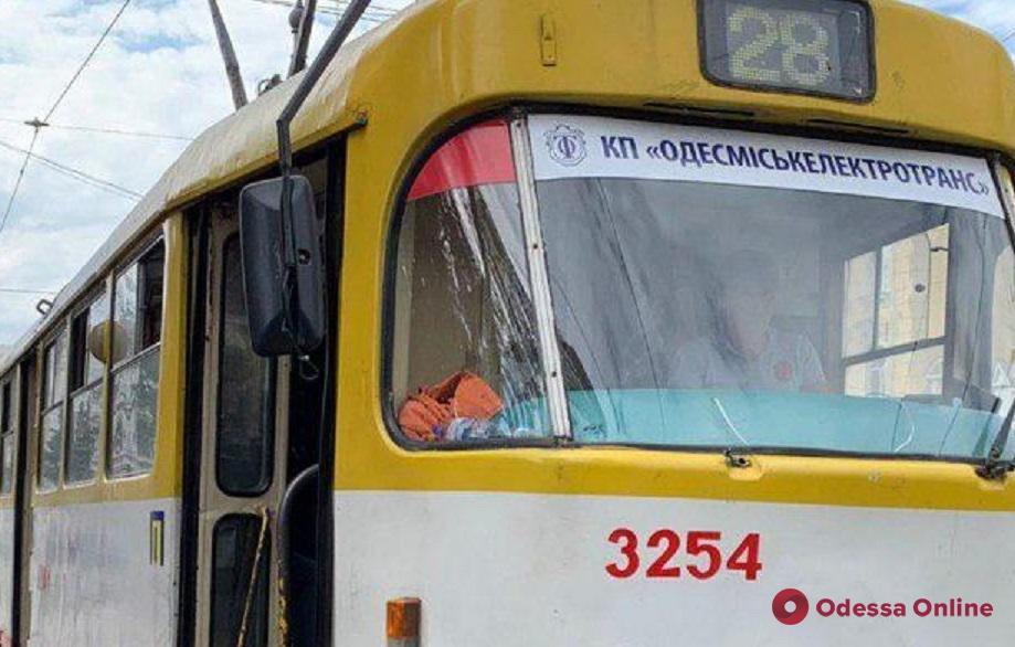 Из-за обвала здания бывшей фабрики мороженого временно перенесли трамвайную остановку