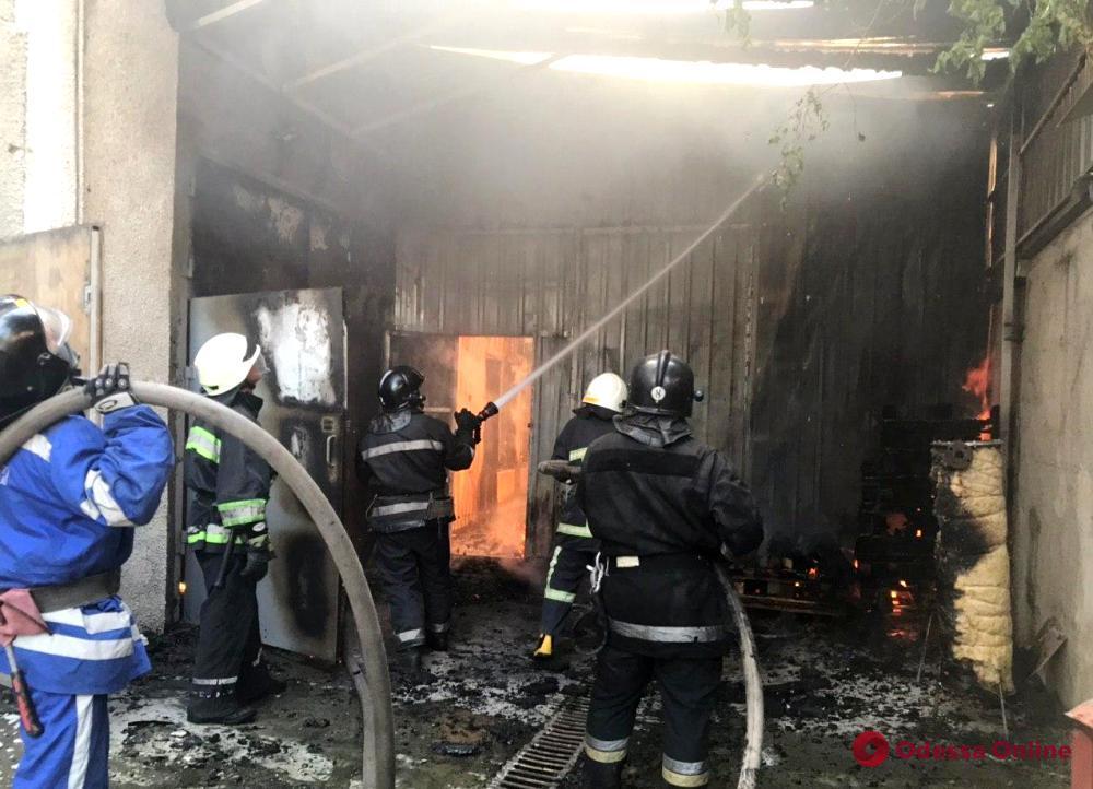 На Моторной горят склады (фото, обновлено)