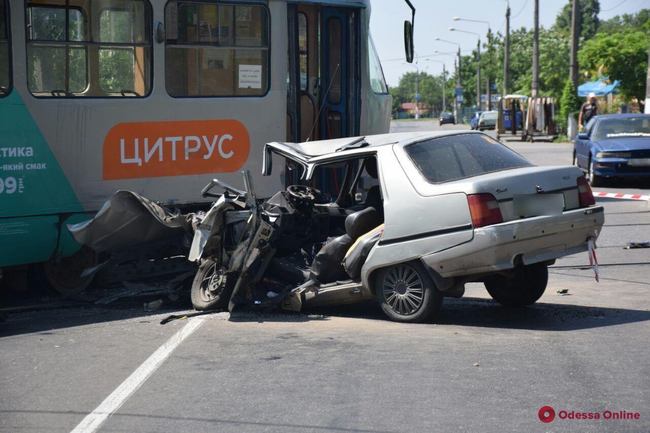 На Ицхака Рабина легковушка врезалась в трамвай — водитель в больнице