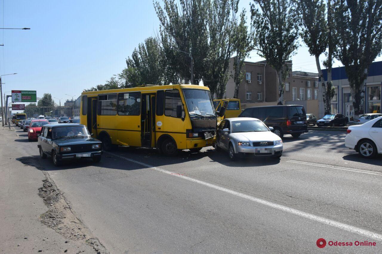 Из-за ДТП на Николаевской дороге образовалась пробка (фото, обновлено)