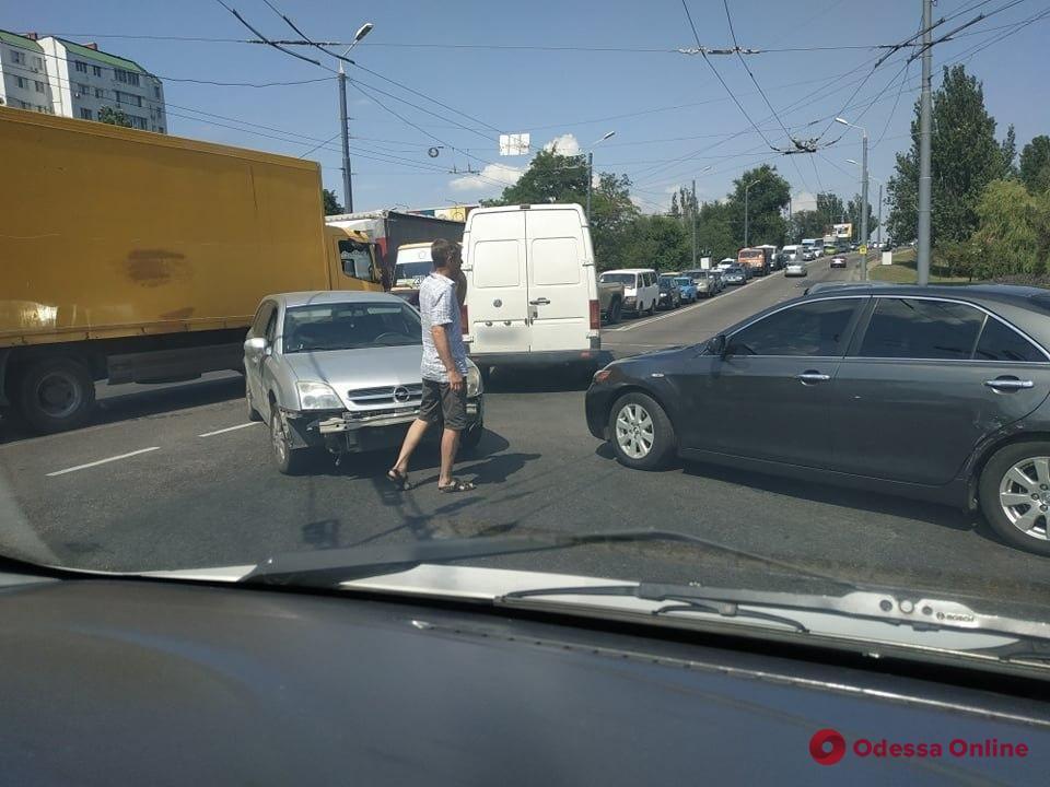 В районе Ивановского моста столкнулись две легковушки