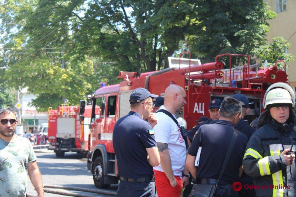 В жилом доме в центре Одессы тушат пожар (фото, видео, обновляется)