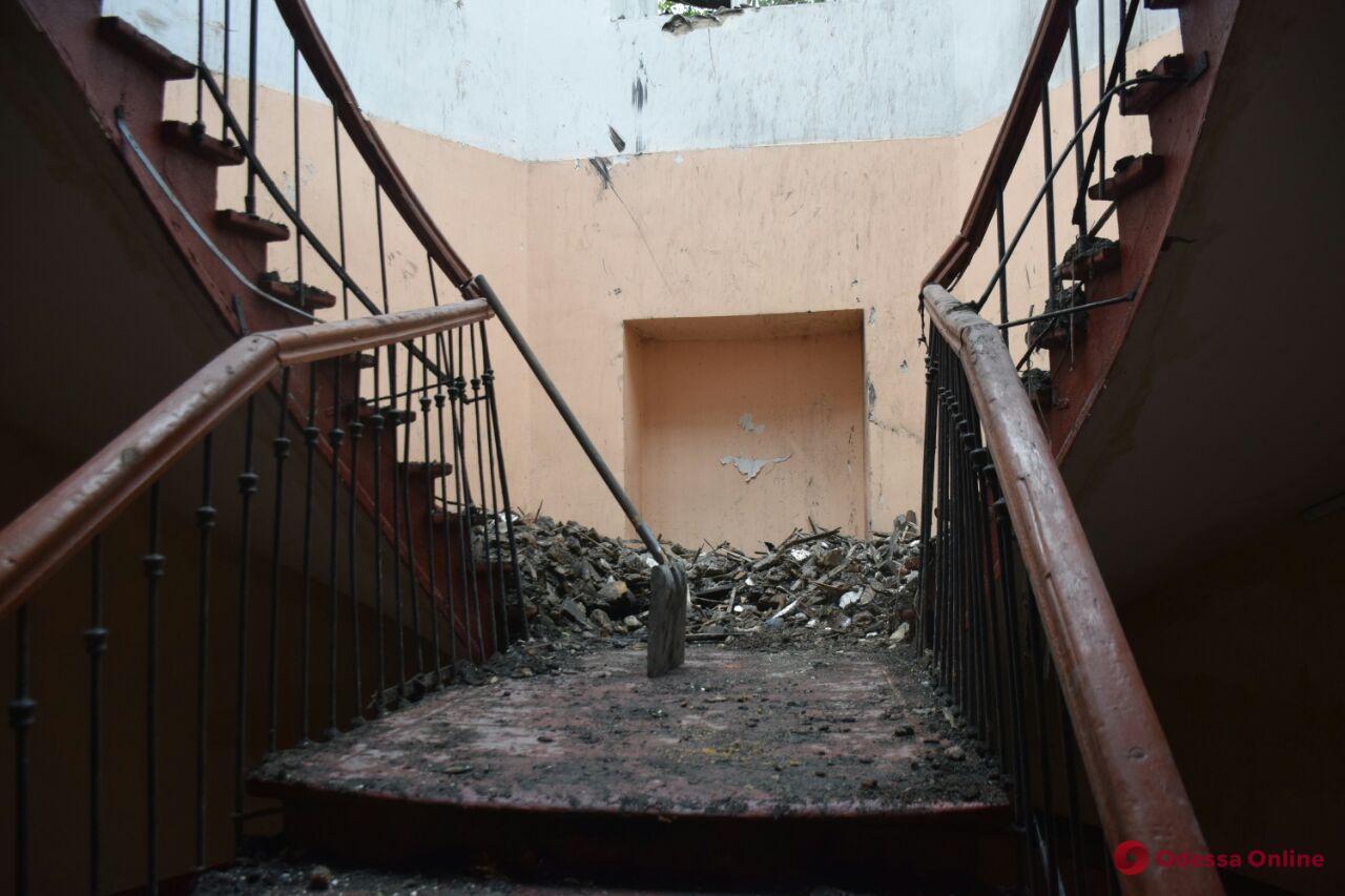 Отсутствие крыши и горы мусора: как выглядят пострадавшие от пожара квартиры в доме на Бунина (фото)