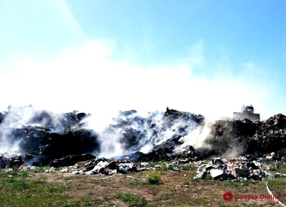 Возле села Шабо с раннего утра горит мусорная свалка (обновлено)