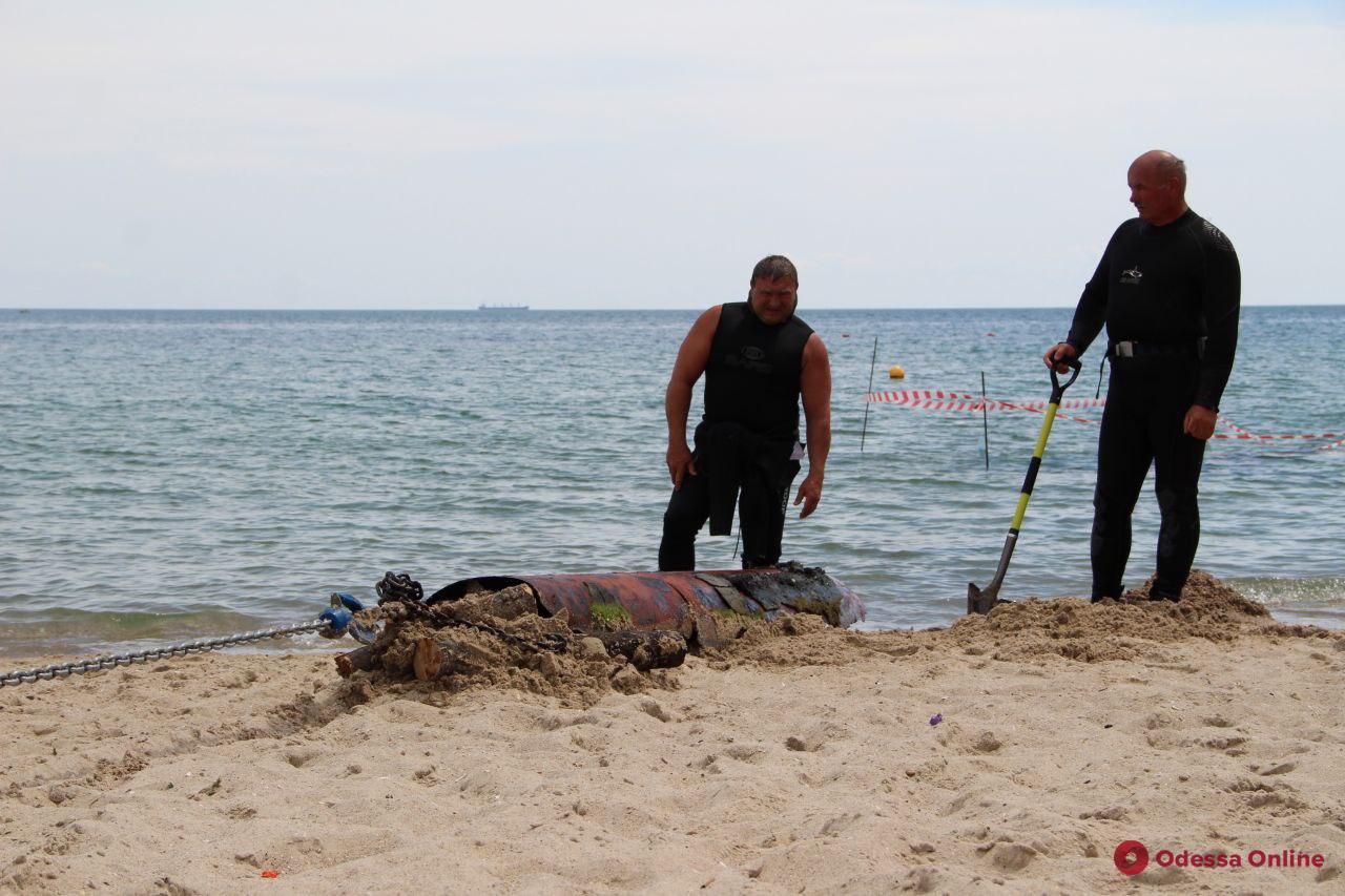С морского дна в районе «собачьего» пляжа водолазы достали гигантскую металлическую трубу (фото)