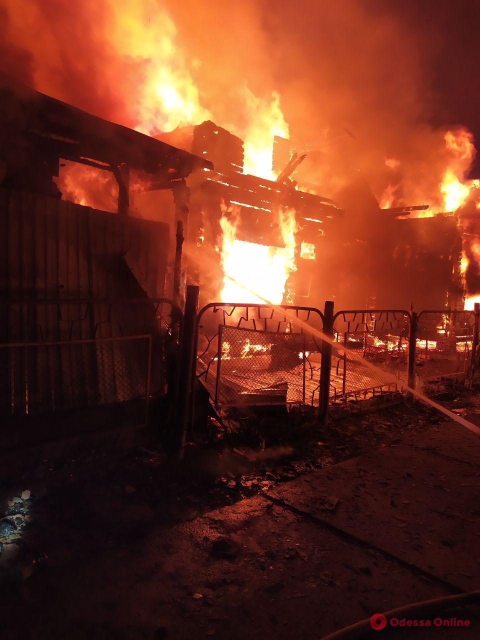 В Затоке тушили масштабный пожар на базах отдыха (фото)