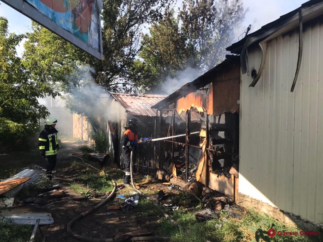 В районе Двух столбов горит шашлычная (фото, обновлено)