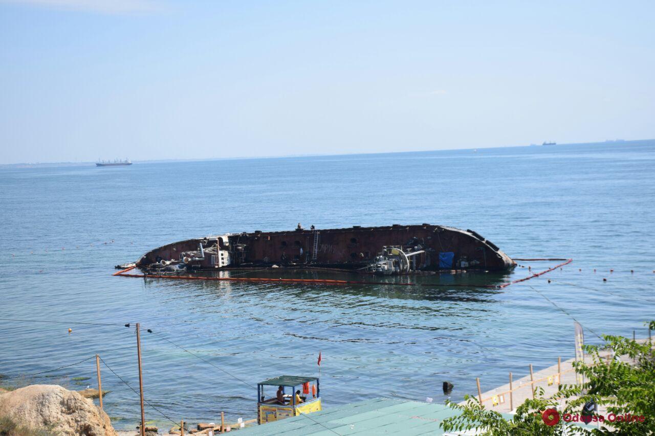 Судовладелец запрещает поднимать танкер Delfi