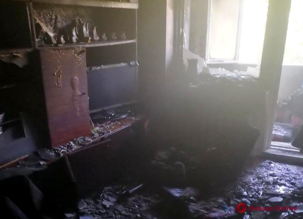 В Черноморске пожарные спасли пожилых супругов из горящей квартиры