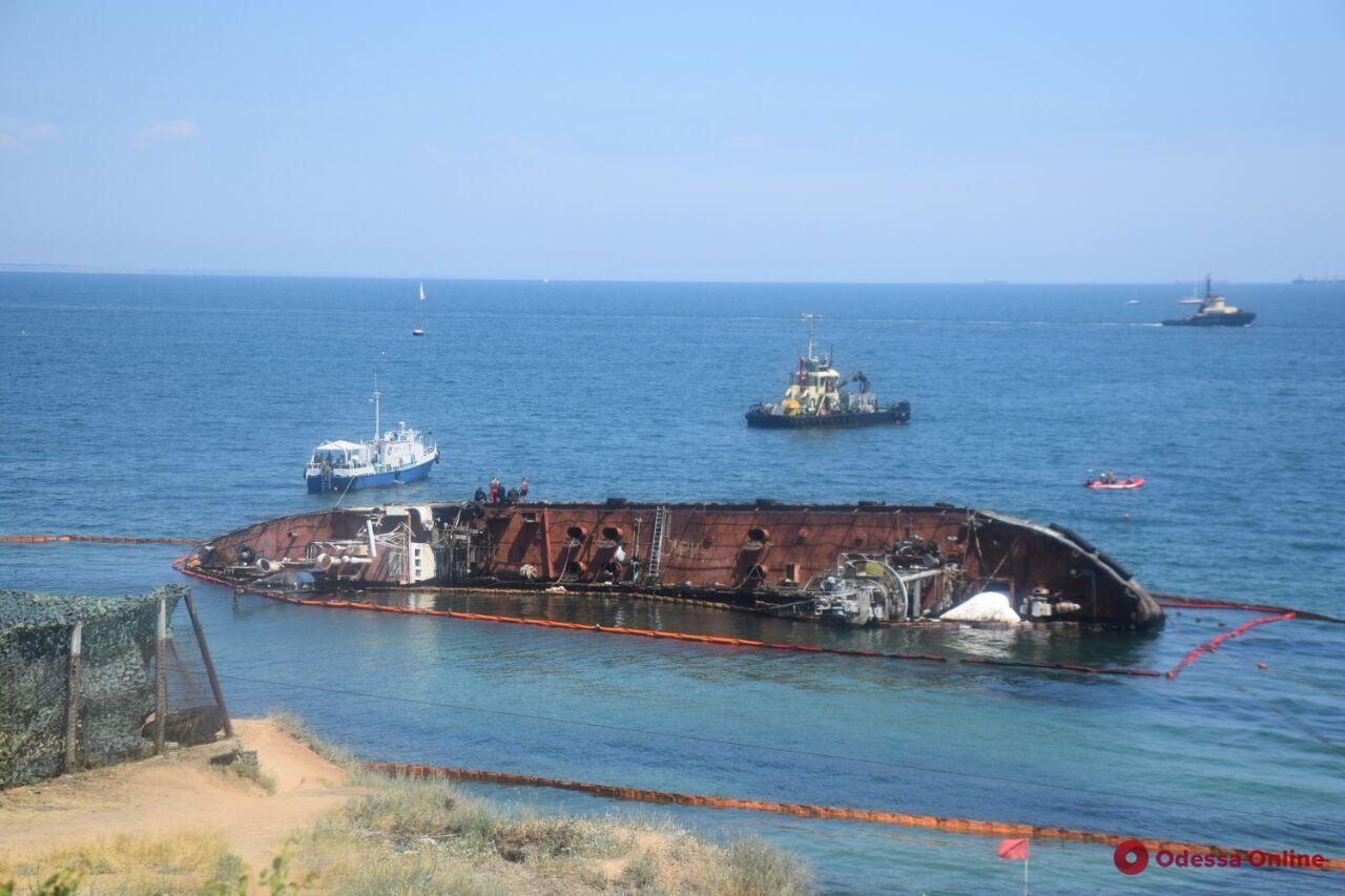 На одесском пляже готовятся к подъему танкера Delfi